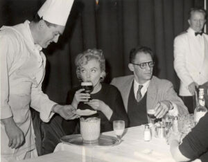 Marilyn Monroe pijąca drink Irish Coffee