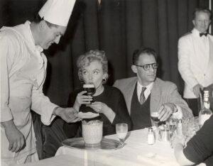 Marilyn Monroe pijąca drink Irish Coffee